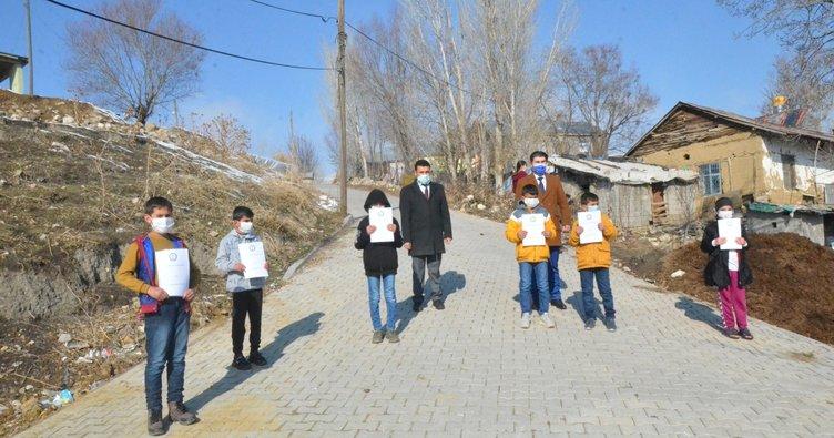 Köy köy dolaşarak çocuklara kitap dağıtmaya devam ediyorlar